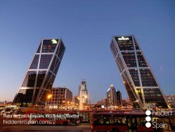 Plaza_de_Castilla_square_Kio_Towers_Madrid